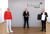 Übergabe der Hagebau-Auszeichnung (v. l. n. r. Frank Große, Leiter Spezialisierungssystem Vertrieb Bauen + Modernisieren; Roland Schepers, Geschäftsführer Botament; Hermann Rohling, Vertriebsleitung D-A-CH Botament)