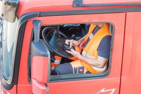 Der LKW-Fahrer nutzt sein digitales Endgerät als Oberfläche für die Unterschrift. Das kann das TomTom, Smartphone oder Tablet sein.