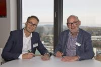 Michael Voll, Leiter von MAN Transport Solutions Network Analysis, und Ulrich Schmidt, Geschäftsführer initplan GmbH, vereinbaren ihre Zusammenarbeit / Foto: initplan