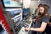 DI_Schülerin an Smart Factory Modell