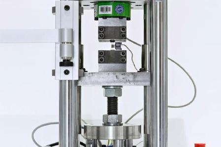 New, fine-resolution testing system for determining the local, process-related influencing parameters on the cyclic material behavior / Photo: Fraunhofer LBF