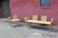 »Prosa« aus heimischer Eiche wird als Bank und als Stuhl mit einer oder zwei Armlehnen angeboten.