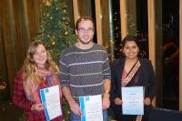 Da kommt Weihnachtsstimmung auf: Die Studierenden Tanja Mohr, Tim Schneider und Asu Rayamajhi (v.l.) freuen sich über die Anerkennung ihres sozialen Engagements © Hochschule Aalen/ Martina Kübler
