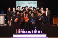 Die Absolventinnen und Absolventen des Jahrgangs 2015/16 sind stolz auf ihre Bachelor-Urkunden – Foto: © hwtk Baden-Baden