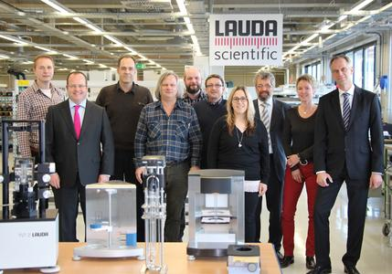 La dirección con el Dr. Gunther Wobser (segundo a la izquierda) y el Dr. Ulf Reinhardt (primero a la derecha) celebran esta nueva marca fuerte con el equipo de LAUDA Scientific GmbH
