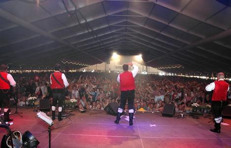 Mega-Event im Losberger Zelt: Die Kastelruther Spatzen treten jedes Jahr vor 14000 Gäste im größten Festzelt Europas auf.