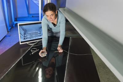 Im Bild die Wissenschaftliche Mitarbeiterin am Aerodynamischen Institut der RWTH Aachen Dipl.-Ing. Dorothee Plege, wie sie - in der linken Hand den Aktuator - mit der anderen Hand gerade eine Hitzdrahtsonde zur Vermessung der Strömungsgeschwindigkeit in die Platte einbaut. Foto: Peter Winandy