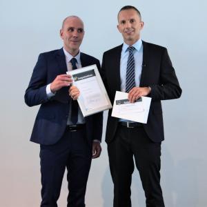 Timo Schütte, Vice President Education Delivery MEE bei der SAP, übergibt Preis an Rainer Oeffling, Dozent beim Bildungszentrum alfatraining