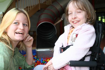 Jackie Weiss mit der 9jährigen Madeline im Haus Zwerg Nase.Madeline hat einen Gendefekt, der ihre Muskeln schrumpfen lässt, aber geistig ist sie total fit!