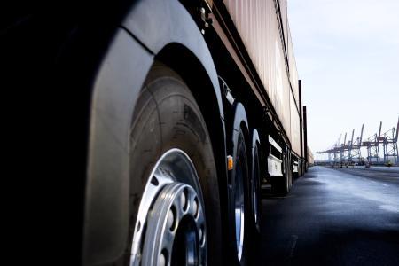Dank der neuen Kriechgänge kann ein Lkw mit einem Gesamtzuggewicht von bis zu 325 Tonnen selbstständig aus dem Stand anfahren. Das ist für in Serie hergestellte Lkw absolut einmalig