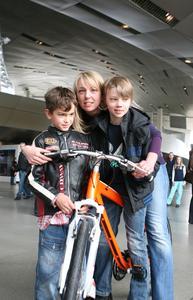 5 millionste Besucherin am 28. März 2010 in der BMW Welt von links: Jakob (Freund von Hendrik Obermeyer), Madeleine Obermeyer mit Sohn Hendrik