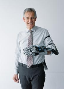 Dr. Eberhard Veit, chairman of the Management Board of Festo AG, with the ExoHand
