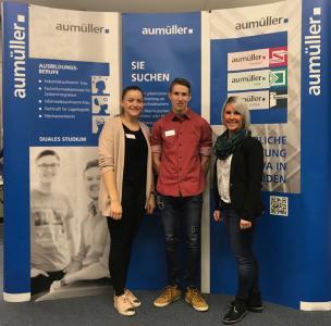 Auf dem Berufsinformationstag der Mittelschule Meitingen führten die Azubis Theresa Barl und Tobias Stempfle sowie Ausbildungsleiterin Eileen Zepper (v.l.) zahlreiche Gespräche mit Schülerinnen und Schülern.