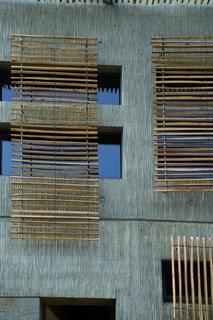 Die sichtbaren Beton-Oberflächen der Wände des Lycée Marc Bloch im südfranzösischen Sérignan sind aufgestellten Schilfbündeln nachempfunden. Sie sollen an eine jahrhundertealte Bautradition in der Camargue erinnern. Diese wurde so durch den Architekten François Fontes zu neuem Leben erweckt. (Foto: NOE-Schaltechnik, Süssen)