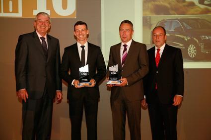 Dr. Rainer Landwehr (Goodyear Dunlop Tires Germany GmbH, l.) und Bernhard Weinbacher (Auto Bild allrad, rechts) überreichten den Goodyear Innovation Award 2010 an Werner Eichhorn (VW, 2.v.l.) und Klaus-Gerhard Wolpert (Porsche, 2.v.r)