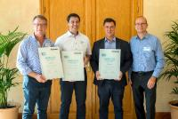 Battery Sales Award: Die Top-3- Gewinner Timothy Parker, Daniel Panzini und Rui Rosa, zusammen mit Oliver Sonnemann, Sales- & Marketing Director im Bereich Batterien bei Panasonic (v.l.n.r.)