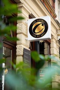 """Das C steht für """"Casa di Caffe"""": In der Wiesbadener Goldgasse lädt die Espressobar und Vinothek """"Immenso"""" zur Zwischenpause beim Einkaufsbummel ein. Fotos: Caparol Farben Lacke Bautenschutz/Offert Albers"""