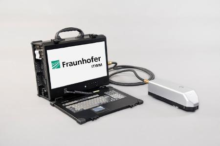 Handgehaltener Terahertz-Sensor für den mobilen Einsatz. Einsatzbereit ohne weitere Geräte, Standard-Steckdose ausreichend / ©Fraunhofer ITWM