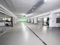 Neun Combilift 542 Systeme mit jeweils sechs, acht, neun und zehn Rastern ermöglichen das gleichzeitige Ein- und Ausparken.