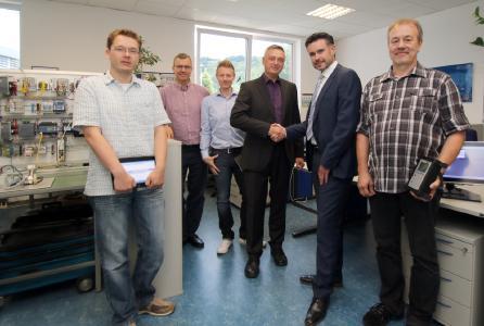 Thorsten Strebel (zweiter von rechts) gratuliert zur Gründung des Competence Center Shopfloor Integration