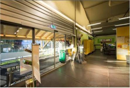 Der Verkaufsmarkt in Weiler verfügt über eine doppelflügelige Eingangstür mit Automatiköffnung über Sensoren