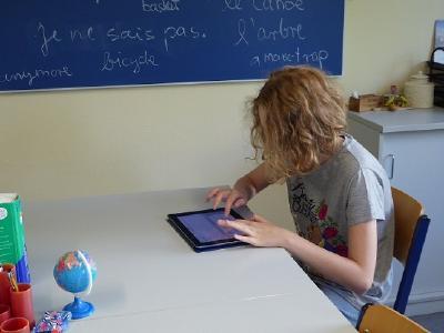 Dank der Spende von SMC in Zusammenarbeit mit dem gemeinnützigen Frankfurter Verein MainLichtblick erhält die Heinrich-Hoffmann-Schule am Universitätsklinikum Frankfurt jetzt fünf iPads, damit die Schülerinnen und Schüler per App auf dem Tablet-Computer den Schulstoff mitverfolgen können, auch wenn sie krank sind