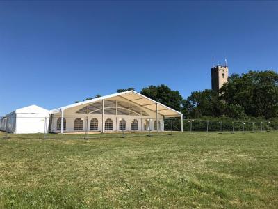 Ein großes Festzelt mit Platz für 100 Teilnehmer/-innen ist am Würzburger Schenkenturm errichtet worden. (Foto: SKZ).