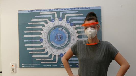 M. Sc. Anne-Katrin Gruska, wissenschaftliche Mitarbeiterin am SKZ, trägt ein am Center for Additive Production (SKZ) hergestelltes Ge-sichtsschild: Schutzausrüstung gegen die Virusausbreitung