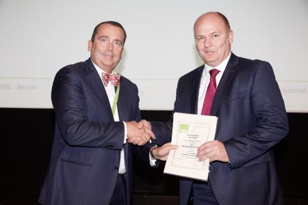 Marco Annoni, president of the European Industrial Gases Association (EIGA), and Dr. Hans-Gerd Wienands, Chief Financial Officer of Messer, at the awarding of the EIGA Safety Award for exemplary work safety in Berlin