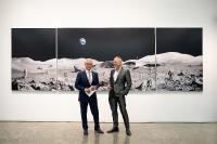 """Michael Najjar (rechts) vor dem Bild """"lunar explorers"""" in der WITTENSTEIN Innovationsfabrik, mit Dr. Manfred Wittenstein, Aufsichtsratsvorsitzender der WITTENSTEIN SE, Bildquellen: WITTENSTEIN SE"""