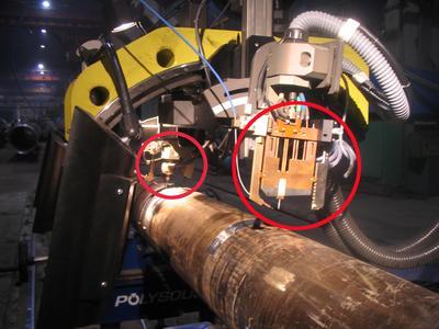 Abb. 5: Einrichtung zum mechanisierten Schweißen mit zwei Brennern: Engspaltbrenner und Standardbrenner mit motorisierter Verstellmöglichkeit des Elektrodenüberstandes Foto: Polysoude