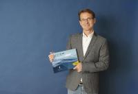 Herr Vollmer präsentiert den Produktkarton vom PrivazyPlan®