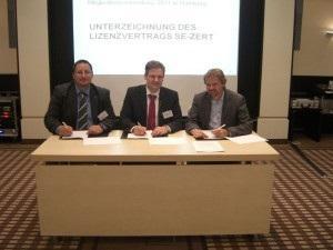 (von links nach rechts): Ingo Treue, Sven-Olaf Schulze (1. Vorsitzender GfSE), Tim Weilkiens (Geschäftsführer oose Innovative Informatik GmbH)