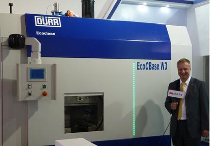 Dürr Ecoclean Niederlassungsleiter in Shanghai, Markus Reissmann präsentiert die EcoCBase W3 auf der CIMES in Peking