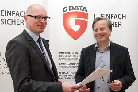 G DATA tritt G4C - Heiko Wolf (Vorstand G4C), links im Bild und Andreas Lüning (Vorstand G DATA) besiegeln die Partnerschaft