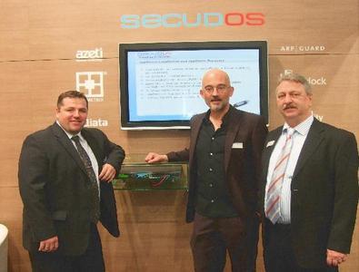 Markus Gringel, Vice President (SECUDOS GmbH), Thomas Obermair (Inlab Software) und Klaus Rehborn, Geschäftsführer (SECUDOS GmbH) bei der Präsentation des SLB-800 mit SDR-Remote auf der CeBIT 2010