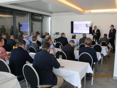 """Besucher der Vortragsreihe """"Das Multitalent Netzstation"""" bei Hauff-Technik Swiss AG"""
