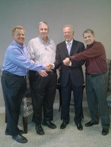 Symbolische Firmenübergabe und feierlicher Start der Zusammenarbeit: Skip Freeman, Bob Stoddard, Dr. Florian Seidl und Steve Hengeli (v.l.n.r.)