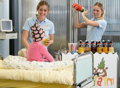 Auf 21 Kinderkrebsstationen bundesweit bringen 178 ehrenamtliche Mitarbeiter von Fruchtalarm mit selbst gemixten Fruchtcocktails Spaß und Abwechslung in den Klinikalltag der kleinen Patienten. (Foto: Fruchtalarm)