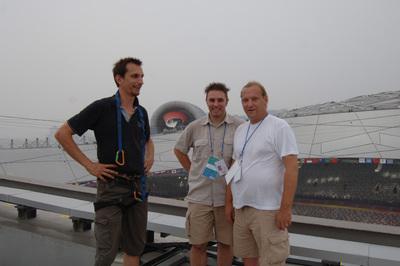 (v.l.n.r.) Rowan Smith (AT-Mikrofon Rigger), Alex Lepges (AT-Produkt Manager Europe) und Frank Berressem (AT-RF Assistent) hier auf dem Dach des Olympiastadions in Peking bei der Montage der Surround Sound Mikrofone für Atmosphären Sound (AT4050)