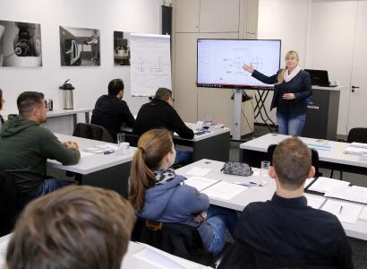 Dipl. -Ing. Ulrike Urban-Kreitewolf referiert im neuen Schulungszentrum der Firma Klostermann
