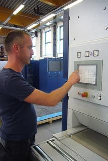 Bild 4: Karsten Lange bei der Grundeinstellung der Schleifmaschine über den TE 14 Touch Screen