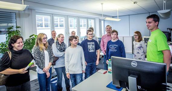W&H Mitarbeiter Claus Spöcklberger gibt den interessierten Jungen und Mädchen Einblicke in seinen Beruf IT-Techniker