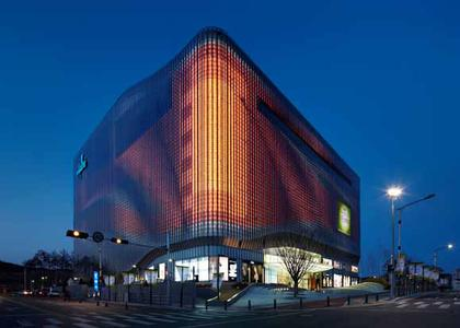 Fascinating interplay between façade and architecture in Galleria Centercity shopping mall in Korea. This is made possible by a special Zumtobel LED lighting solution that is fully integrated into the façade and therefore invisible