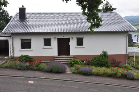 In den 1970er und 1980er Jahren wurden zahlreiche Wohngebäude mit 'Wellasbestplatten' eingedeckt. Das Foto zeigt das Objekt nach der Dachsanierung, welche mit Metalldachpfannen durchgeführt wurde. Foto: LUXMETALL