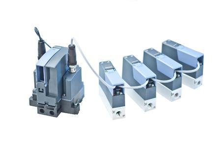büs-System bestehend aus vier Mass Flow Controllern Typ 8741 mit System Control Unit Typ ME2X zur Industrial Ethernet-Anbindung.