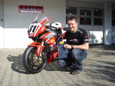 Jens Holzhauer lässt seine IDM-Fahrer, hier die Maschine von Karl Muggeridge (Superbike), mit Melvin Stahlflex-Bremsleitungen an den Start gehen. Melvin