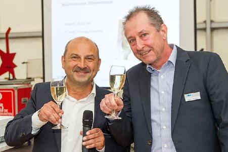 25 Jahre DVS ZERT – ein Grund zu feiern für die beiden Geschäftsführer von DVS ZERT, Dipl.-Ing. Tino Gurschke (links) und Dipl.-Ing. Martin Lehmann (rechts). Quelle: DVS ZERT