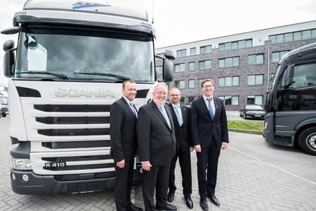 Freuen sich über das neue L.I.T. Verwaltungsgebäude (v.l.): Simeon Breuer, Fokke Fels, Ingo Schreiber und Julian Lachnitt. (Foto: Sputnik GmbH)