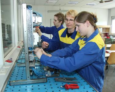 Michelin Ausbilderin Jutta Richter (Mitte) gibt den zukünftigen Auszubildenden Jennifer Lewandowski und Tobias Eich praktischen Unterricht in der Lehrwerkstatt